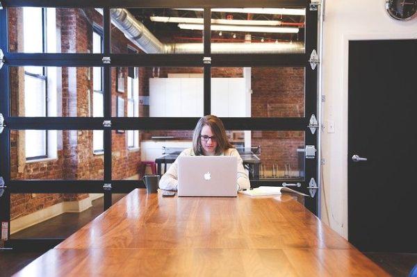 オンラインデータベースやメールを活用する